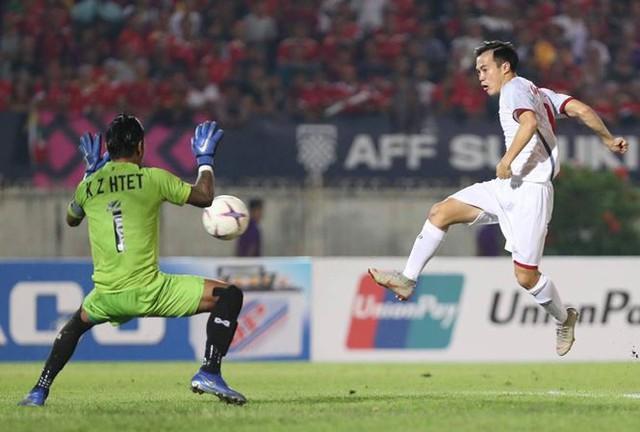 Pha bóng cầu thủ Văn Toàn đưa bóng vào lưới đội Myanmar nhưng bị trọng tài báo lỗi việt vị. Ảnh: TL