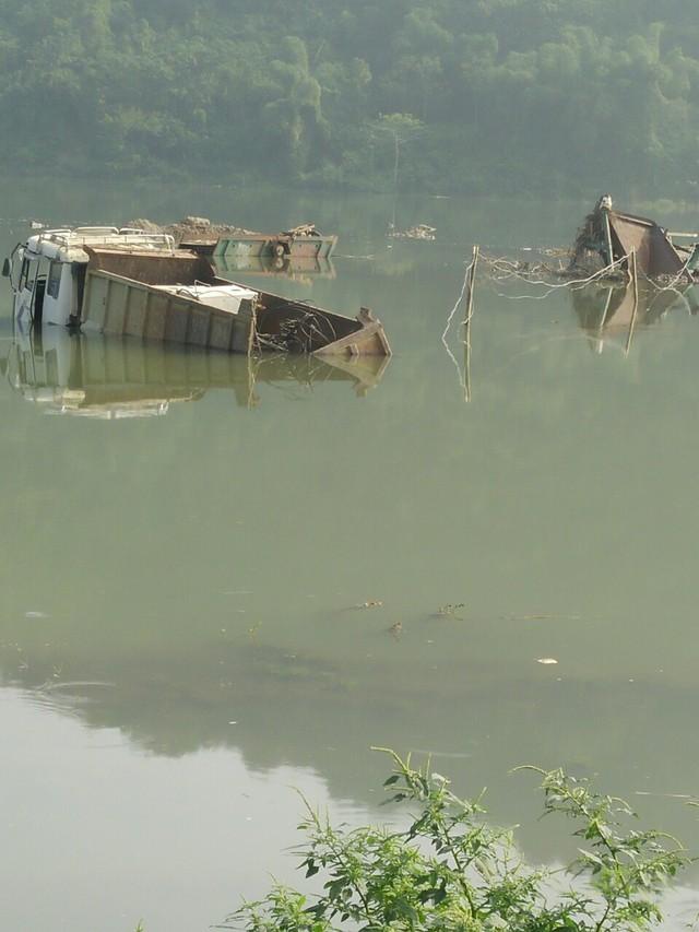 Thủy điện Cẩm Thủy 1 tích nước dìm ô tô dưới lòng hồ. (ảnh: TG)