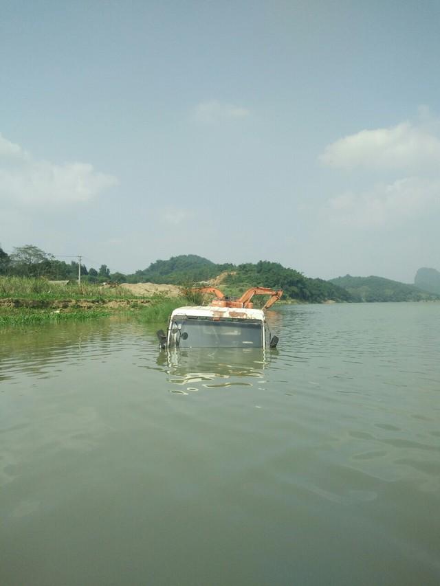 Xe ô tô chìm dưới lòng hồ do hoạt động tích nước của thủy điện Cẩm Thủy 1. (ảnh: HC)