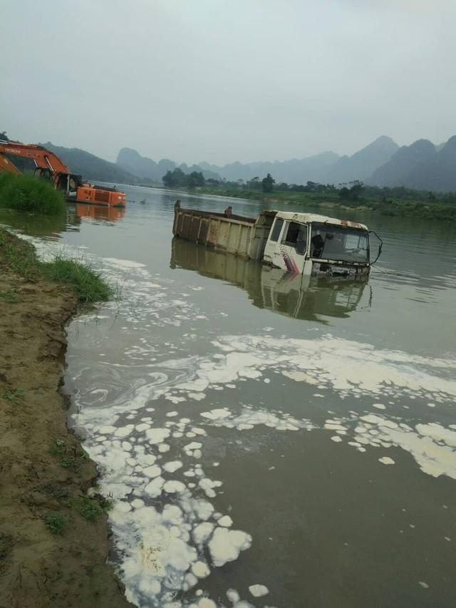Các xe tải bị dìm dưới lòng hồ. (ảnh: TG)