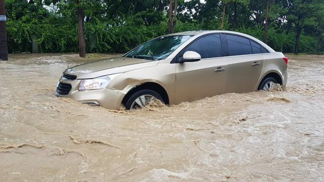 Nhiều tuyến đường ở TP.Nha Trang ngập nặng. Ảnh: Nguyễn Chung (Thanh Niên)
