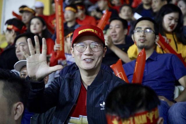 Hoàng Bách có mặt trên sân cổ vũ đội tuyển Việt Nam