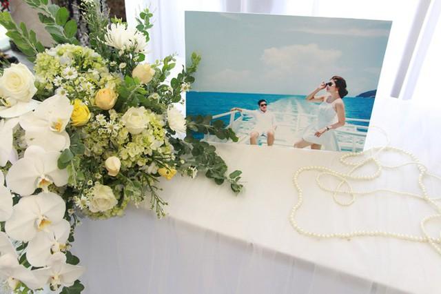 Khu vực bàn memory được tô điểm bởi ảnh cưới của Hoa hậu Thu Thảo và doanh nhân Phúc Thành cùng nhiều bình hoa tươi.         Ngoài hoa chủ đạo là lan hồ điệp, hoa hồng, êkíp còn sử dụng một số loài hoa phụ gồm cẩm tú cầu và lá mimosa mang sắc xanh, giúp không gian bớt nhạt nhòa, đơn điệu.         Lối đi dẫn vào sân khấu chính trong phòng tiệc được thắp sáng bởi dàn đèn có độ cao thấp khác nhau, tạo độ lung linh cho không gian.         Uyên ương chọn bàn tròn và ghế banquet giúp khách mời dễ dàng theo dõi những diễn biến, hoạt động diễn ra trên sân khấu.         Êkíp đã kết hoa tươi và những dải dây bắt sáng trên trần nhà để tạo điểm nhấn cho không gian, giúp tăng vẻ lãng mạn.         Mỗi bàn tiệc đều được trang trí bởi một bình hoa tươi gồm hoa hồng và các loài hoa phụ.         Từng chiếc ghế đều được làm điệu bởi dải nơ vàng - sắc màu chủ đạo của tiệc cưới.         Uyên ương chọn bánh cưới 3 tầng màu trắng và được trang trí bởi hoa lan hồ điệp.         Tại đám cưới, Hoa hậu Thu Thảo mời một số gương mặt nổi tiếng trong làng giải trí tới dự như ca sĩ Nguyên Vũ (phải) và siêu mẫu Nam Phong (trái)... Đến ngày 26/11, cô dâu chú rể tổ chức lễ thành hôn tại Long Xuyên, An Giang.  Theo Ngôi sao