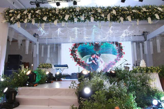Êkíp đã kết hoa tươi và những dải dây bắt sáng trên trần nhà để tạo điểm nhấn cho không gian, giúp tăng vẻ lãng mạn.         Mỗi bàn tiệc đều được trang trí bởi một bình hoa tươi gồm hoa hồng và các loài hoa phụ.         Từng chiếc ghế đều được làm điệu bởi dải nơ vàng - sắc màu chủ đạo của tiệc cưới.         Uyên ương chọn bánh cưới 3 tầng màu trắng và được trang trí bởi hoa lan hồ điệp.         Tại đám cưới, Hoa hậu Thu Thảo mời một số gương mặt nổi tiếng trong làng giải trí tới dự như ca sĩ Nguyên Vũ (phải) và siêu mẫu Nam Phong (trái)... Đến ngày 26/11, cô dâu chú rể tổ chức lễ thành hôn tại Long Xuyên, An Giang.  Theo Ngôi sao