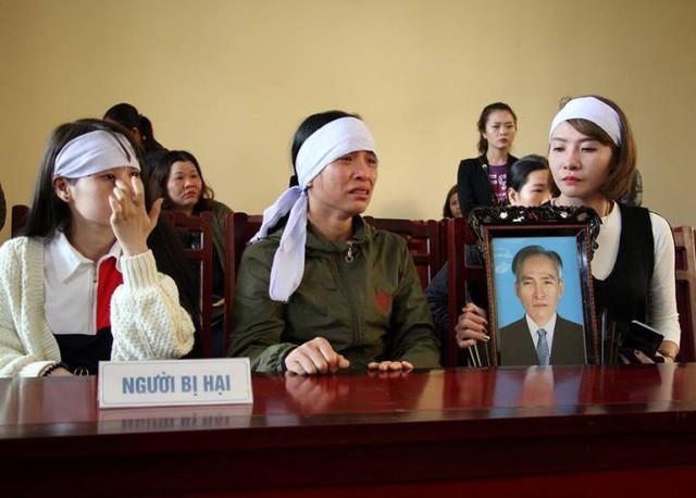 Vợ và con gái ông Hồng tại phiên tòa sáng nay. Ảnh: K.M