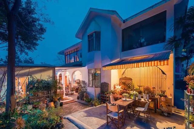 Ngôi nhà ấm cúng với khoảng sân vườn rộng thoáng, lãng mạn.