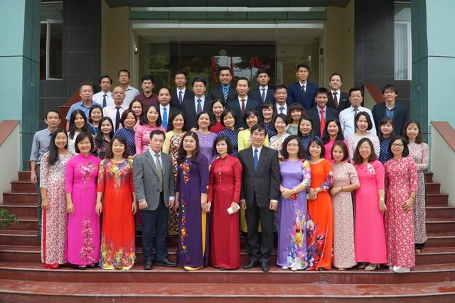 Tập thể cán bộ Viện Chiến lược và Chính sách Y tế (ảnh do Viện cung cấp).