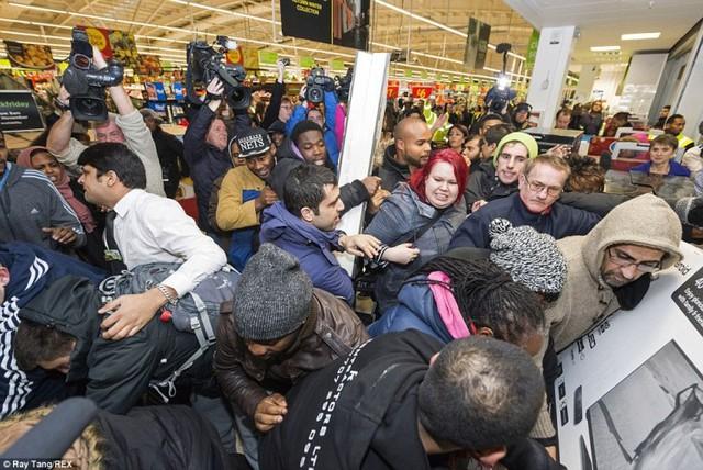 Hàng trăm người chen lấn, lao vào nhau tại các siêu thị, cửa hàng bán lẻ để giành giật những món đồ giảm giá mạnh.