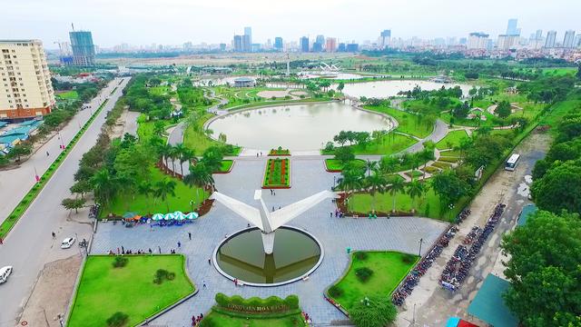 Công viên Hòa Bình nằm trên đường Phạm Văn Đồng.