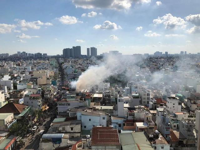 Cột khói bốc cao có thể quan sát từ xa. Nguồn: Facebook