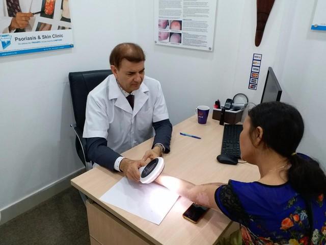 Giáo sư Tiến sĩ Michael Tirant tư vấn miễn phí cho bệnh nhân bệnh vẩy nến.