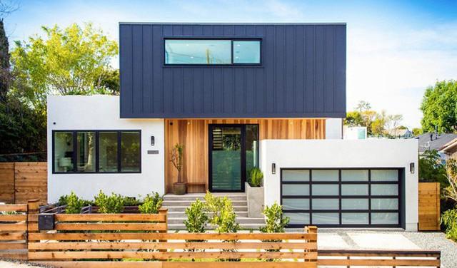 Từ bên ngoài nhìn vào mặt trước của căn nhà, những khối hình được xếp vô cùng trật tự, ngăn nắp lại cực bắt mắt.