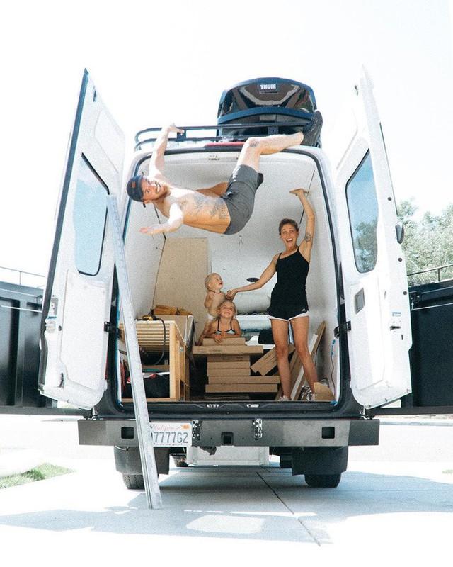 Thời điểm khi gia đình trẻ bắt tay cải tạo chiếc xe thành ngôi nhà di động.