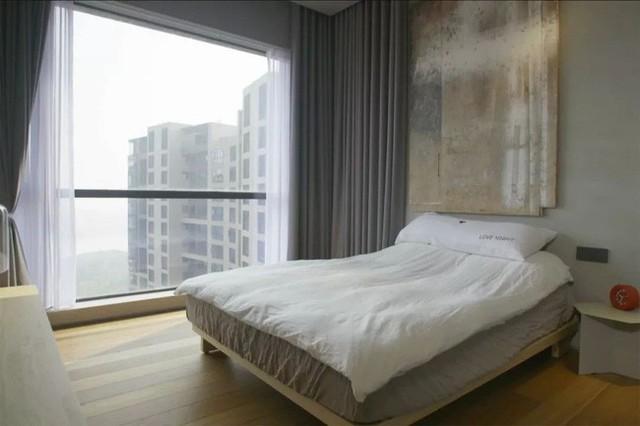 Căn phòng nghỉ ngơi không cần quá cầu kỳ, chỉ giữ lại những gam màu trung tính. Đặc biệt, chất liệu gỗ của sàn, của giường đủ để tạo cảm giác ấm cúng, gần gũi cho không gian.