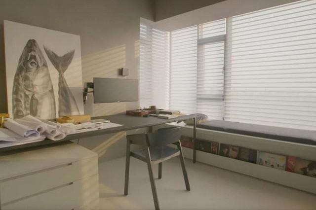Bàn làm việc với tông màu cơ bản. Chiếc ghế băng đặt bên cạnh cửa sổ vô cùng đáng yêu, đủ để chủ nhân căn hộ có thể ngồi thưởng trà, đọc sách...