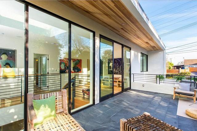 Toàn bộ cửa tầng 2 được lắp bằng kính màu, giúp không gian nhà ở hiện lên muôn màu sắc.