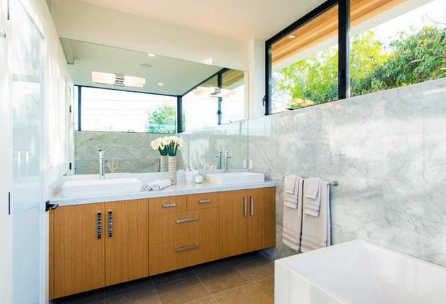 Khu vực nhà tắm sang trọng, bên dưới khéo léo lắp kính mờ, trong khi bên trên là kính màu trong suốt tạo thêm vẻ sáng đẹp cho nhà tắm hiện đại.