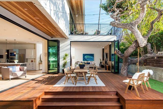 Sàn gỗ được lắp chỉn chu làm nơi thư giãn, ngồi nghỉ ngơi, uống cà phê ngoài trời.