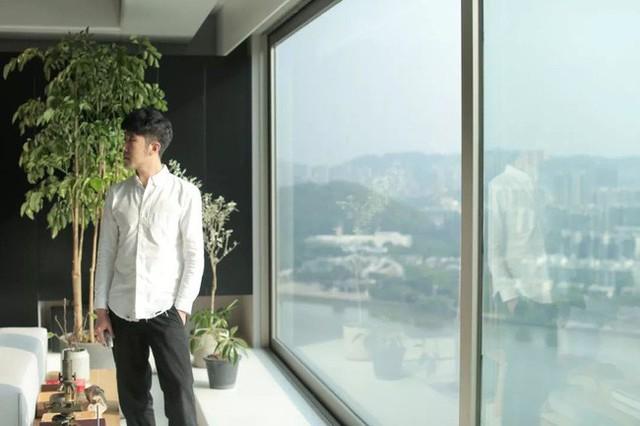 Điểm xuyết cho căn hộ tối giản này thêm vẻ đẹp thân thiện nhờ những chậu cây xanh.