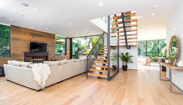 Thiết kế cầu thang lên tầng 2 bằng gỗ bắt mắt.