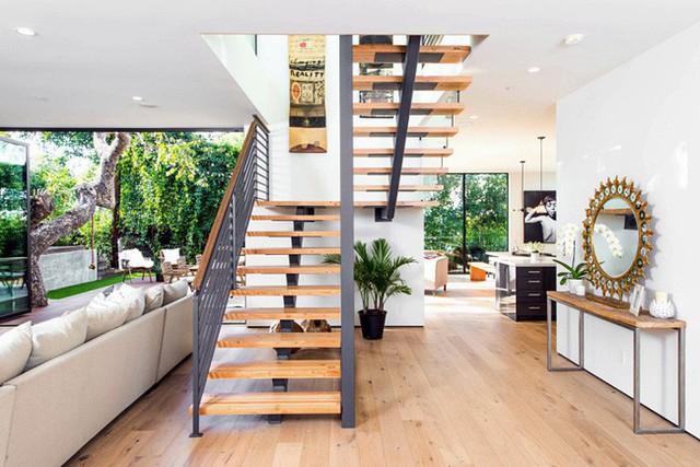 Một chút cây xanh trang trí dưới gầm cầu thang cũng là lựa chọn tinh tế trong thiết kế nhà này.