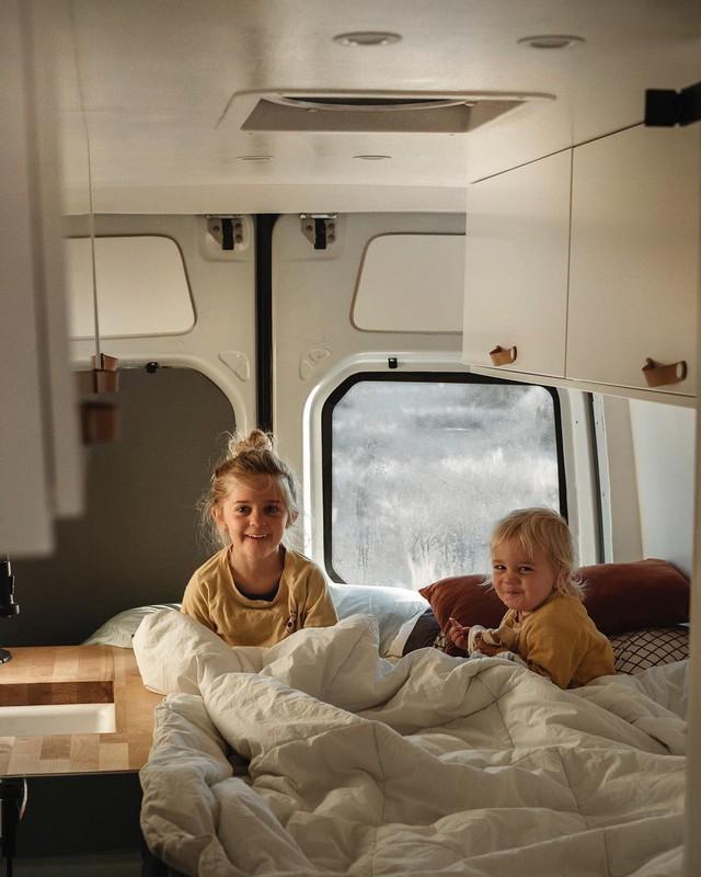 Đây cũng là nơi vui chơi ưa thích của lũ trẻ. Khi mở cửa xe, chúng có thể ngồi trên chiếc giường ngắm cảnh đó đây.