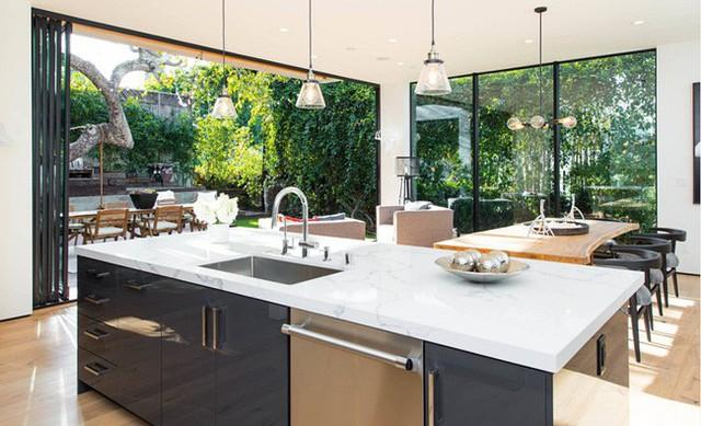 Kế tiếp đó là khu vực rửa đồ, nấu nướng của nhà bếp hiện đại.