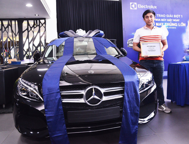 Anh Lê Minh Tùng đã mua máy giặt tại Siêu thị điện máy Chợ Lớn - Bình Định và may mắn sở hữu chiếc xe Mercedes Benz C200 đầu tiên