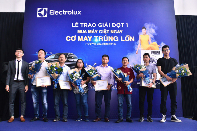 Đại diện Electrolux Việt Nam trao tặng các giải thưởng giá trị khác cho khách hàng may mắn trúng giải