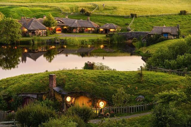 Những ngôi nhà nhỏ xíu mô phỏng những ngôi nhà của người lùn Hobbit nằm trên mặt đất và được phủ lên rất nhiều cỏ xanh.