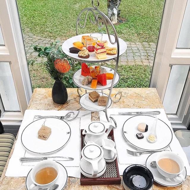 La Terrasse du Metropole Cafe: Thưởng thức trà chiều là nét văn hóa độc đáo xuất hiện cách đây hàng nghìn năm ở Anh quốc. Du nhập vào Việt Nam được một thời gian khá lâu, văn hóa thưởng trà, bánh được giới trẻ đặc biệt yêu thích. Các quán trà chiều thường mang phong cách châu Âu sang trọng, cổ điển. Một trong những tiệm trà bánh độc đáo từ phong cách đến thực đơn phải kể đến La Terrasse du Metropole Cafe, tọa tại khách sạn Metropole Hà Nội. Ảnh: Nhungcony, Trinhrinn.