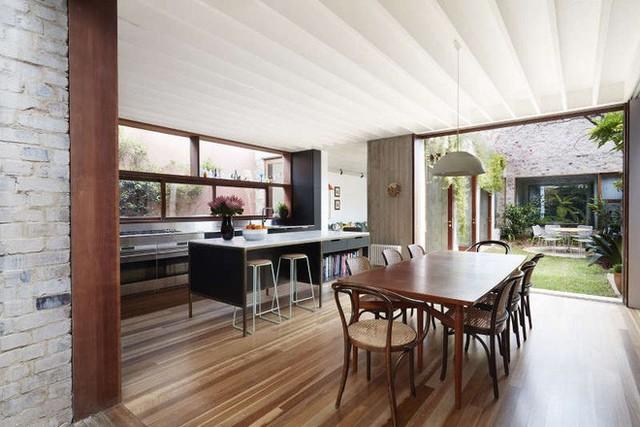 Góc bếp được đặt ngay cạnh khu vực bàn ăn với cách bố trí đơn giản từ nội thất đến kết hợp màu sắc.