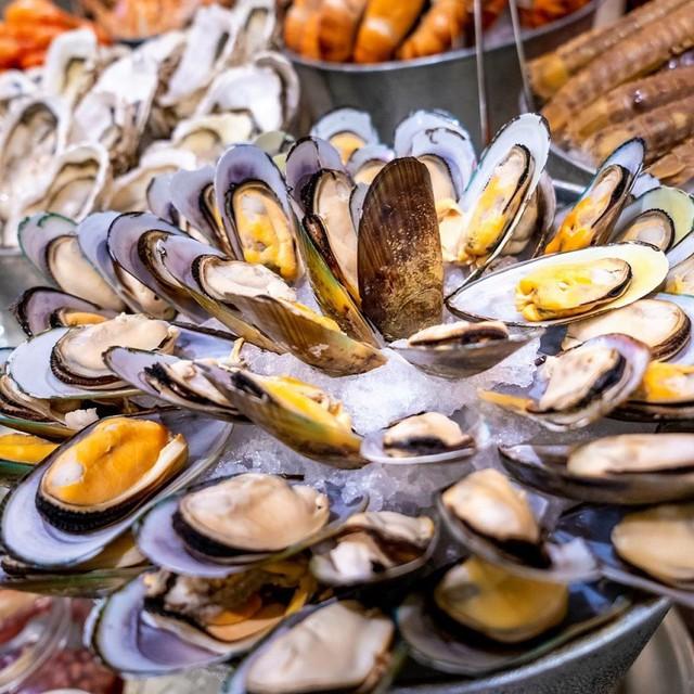 Quầy hải sản tươi ngon với sự góp mặt của các loại cua ghẹ, tôm, bề bề, hàu, vẹm… Ảnh: @ovendorsheraton.