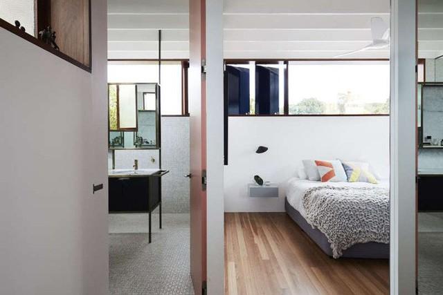 Khu vực nghỉ ngơi được tách biệt với các không gian chức năng khác. Với cách bố trí vô cùng đơn giản gồm giường ngủ, bệ cửa sổ và những bức tường kính tràn đầy ánh sáng.