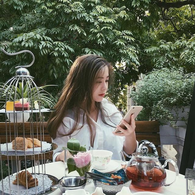 Villa Des Fleurs: Tiệm trà bánh Villa Des Fleurs như một khu vườn của công chúa trong truyện cổ tích. Không gian quán mở, xanh mát. Dụng cụ đựng bánh ngọt, trà của Villa Des Fleurs bắt mắt với phong cách tiểu thư, sang chánh. Địa điểm này là nơi check-in, thư giãn không thể bỏ qua của những cô gái điệu đà. Ảnh: nth.hanh, vklinh_.