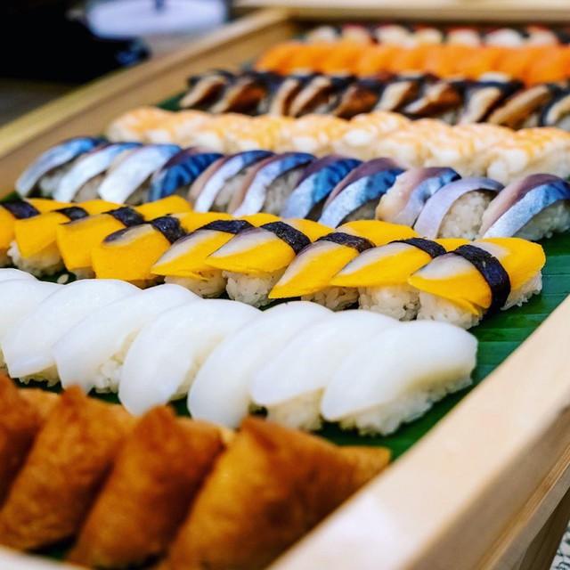 Dãy sushi đầy màu sắc cũng hấp dẫn không kém bởi những lát cá bóng bẩy. Ảnh: @ovendorsheraton.