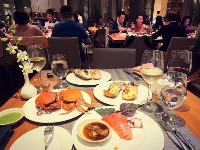 Đến La Brasserie tại tầng 2 của khách sạn 5 sao Nikko Saigon, bạn nhớ thưởng thức những món ăn tươi ngon, hấp dẫn nức tiếng ở đây như tôm hùm, hàu quý tộc, cua chân dài, sashimi... Không chỉ thưởng thức các phần ăn chất lượng, La Brasserie còn phục vụ thực khách các buổi biểu diễn nhạc sống hàng đêm. Địa chỉ: 235 Nguyễn Văn Cừ, quận 1. Ảnh: @pinoyfoodlovers, @giaumat_captain, @tuanalmere, @grace.ful_723.