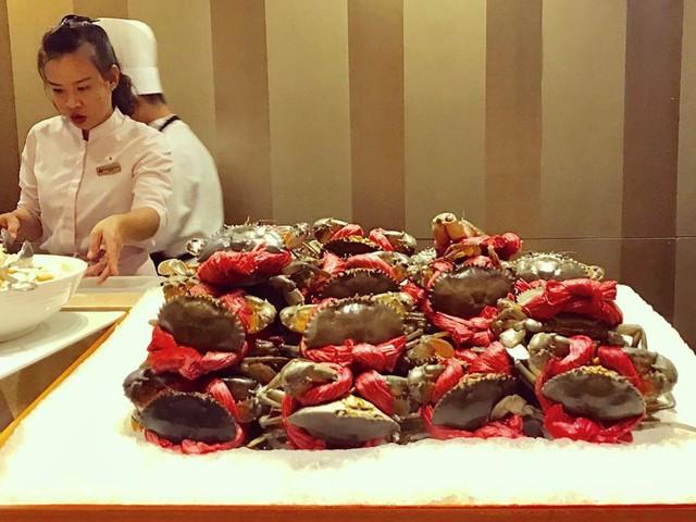 Khách sạn có bể bơi ngoài trời cùng 3 nhà hàng với 3 phong cách khác nhau ẩm thực Quảng Đông Tao Li, ẩm thực Nhật Bản Benkay và nhà hàng buffet La Brasserie. Những món ăn nổi tiếng hấp dẫn thực khách phải kể đến các loại hải sản tươi sống đắt tiền như tôm hùm Canada, cua càng xanh, vẹm xanh, hàu Pháp… Ảnh: @jelin, @vyam.
