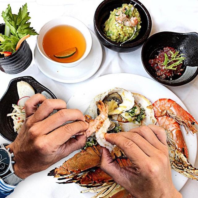 Food Connexion - Pullman Saigon Centre: Tọa lạc ở tầng 3 khách sạn Pullman Saigon Centre, nhà hàng buffet Food Connexion hứa hẹn mang đến bạn nhiều trải nghiệm ẩm thực thú vị cho cả bữa sáng, bữa trưa và bữa tối. Các loại steak nhập khẩu cao cấp, món sushi trứ danh của Nhật Bản hay hương vị hải sản tươi sống... là những gợi ý bạn không thể bỏ lỡ khi đến đây. Ảnh: @pullmansaigoncentre, @9493.corner.