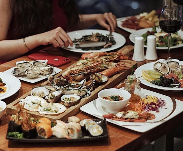 Đến Food Connexion, bạn có thể trực tiếp xem các đầu bếp biểu diễn tay nghề của mình ở các bếp nướng 360 độ độc đáo. Bên cạnh thực đơn buffet quốc tế được điều chỉnh, thay đổi linh hoạt, thực khách cũng có thể thưởng thức nhiều hương vị rượu vang cao cấp ấn tượng của nhà hàng. Địa chỉ: 148 Trần Hưng Đạo, quận 1. Ảnh: @9493.corner.