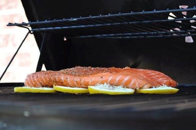 3. Nướng cá trên lát chanh: Khi nướng cá trên lò nướng, cá có thể dính vào lò và vỡ ra. Cách tốt nhất là bạn hãy dùng những lát chanh lót ở phía dưới cá, hương chanh cũng sẽ giúp cá có vị thanh mát hơn.