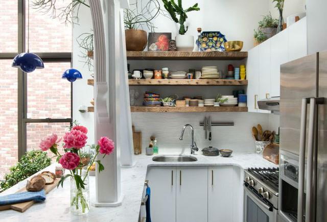 Điều tuyệt vời hơn cả làm nên vẻ đẹp trọn vẹn cho căn bếp nhỏ chính là vật dụng gốm sứ và đồ trang trí. Gốm sứ của bát, đĩa và đồ gỗ đã mang đến cho không gian nét đẹp tinh tế và nghệ thuật.