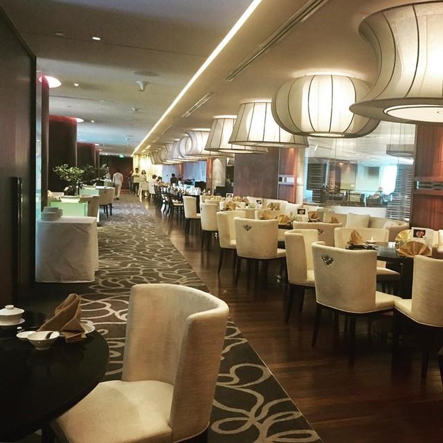 4. Ming Palace - Pan Pacific Hotel Hanoi, 1 Thanh Niên: Nhà hàng nằm ở tầng 2 của khách sạn Pan Pacific, Ming Palace, nổi bật với gam vàng kem chủ đạo vừa ấm cúng nhưng vẫn giữ nét sang trọng, lịch sự. Ảnh: @hiepmeo.
