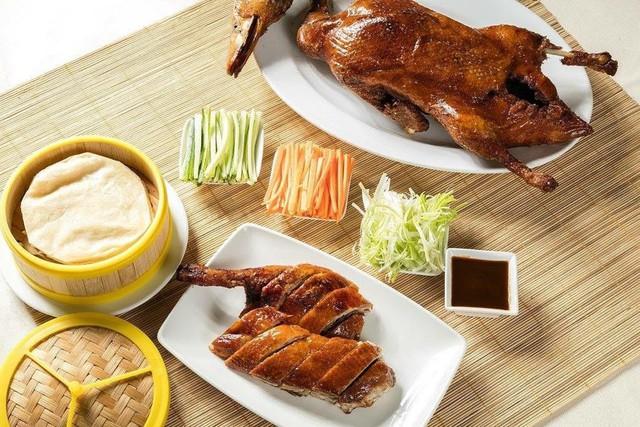Bếp trưởng người Trung Quốc giúp thực khách yên tâm về chất lượng, hương vị nguyên gốc của từng món ăn. Vịt quay trứ danh với lớp da nâu bóng giòn rụm bên ngoài là một trong những món ngon nổi tiếng tại Ming Palace. Ảnh: @panpacifichanoi.
