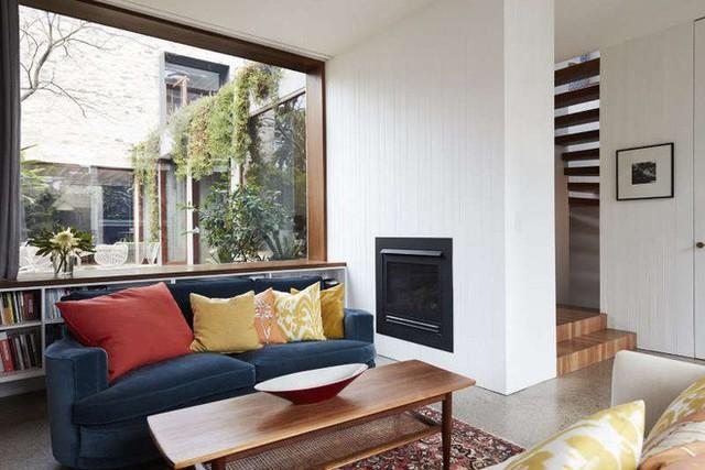 Khung cửa rộng hai bên tường đủ để bố trí kệ sách phía dưới, phía trên là nơi ngồi đọc sách tiện lợi. Phần ghế ở giữa với hai màu khác biệt đủ để không gian thêm vui nhộn.