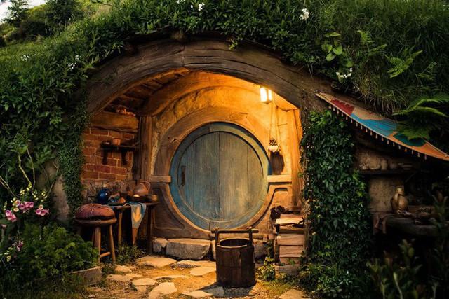 Thiết kế mô phỏng ngôi nhà của người Hobbit rất sống động đem lại cho người xem một cảm giấc gần gũi và bình dị.
