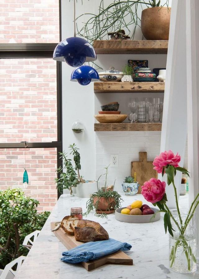 Sự góp mặt của thiên nhiên, tuy không nhiều và hết sức giản đơn nhưng nếu thiếu những điểm nhấn trong lành và thân thiện này, căn bếp mất đi mấy phần xinh đẹp.