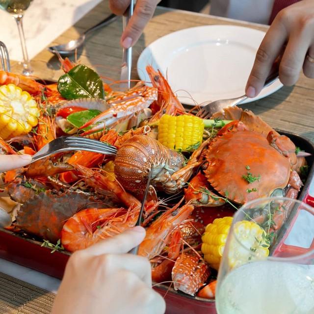 Tại Latest Recipe có hẳn một gian bếp với thiết kế mở, hiện đại, mang đến thực khách cảm giác náo nhiệt thú vị trong lúc thưởng thức các hương vị Á - Âu hấp dẫn. Ngoài các loại hải sản tươi sống, nhiều người ăn còn đánh giá cao các món bánh ngọt và tráng miệng đa dạng ở đây. Chỉ tầm 1,2-1,5 triệu đồng, bạn đã có thể no nê với tiệc buffet của Latest Recipe. Địa chỉ: 3C Tôn Đức Thắng, quận 1. Ảnh: @jen_lil, @lemeridiensaigon, @jessdiazwilson.