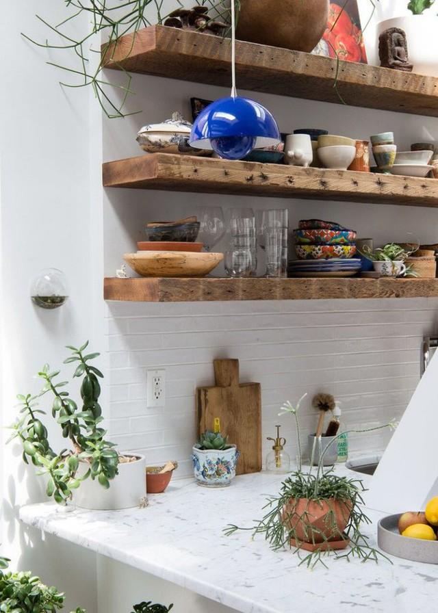 Một vài phụ kiện như đèn trang trí, chậu cây trên bàn hay lọ hoa tươi nhỏ xinh đủ để góp phần mang lại nét đẹp tự nhiên cho căn bếp màu trắng.