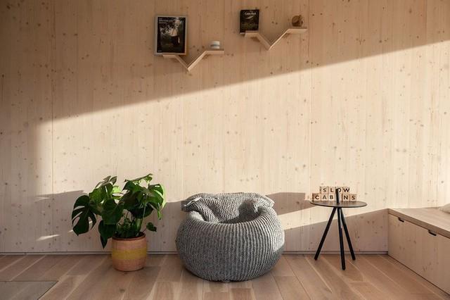 Nội thất hoàn toàn bằng gỗ với các đồ vật trang trí đơn giản.